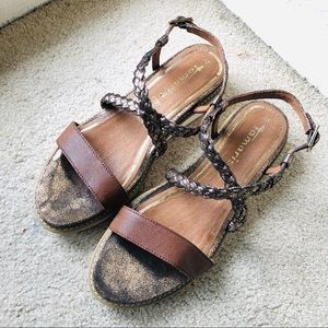Flat Sandals w Metallic Straps and Sole